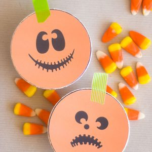 Make these adorable Trick or Treat tins to use as Halloween favors for a party, carnival, or as a surprise for neighbor trick or treaters!
