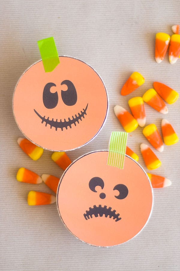 Make these adorable DIY Trick or Treat tins to use as Halloween favors for school parties, carnival, or as a surprise for neighbor trick or treaters! Great for kids, for teens, or for adults. Great for teachers to pass out to their kids as well!