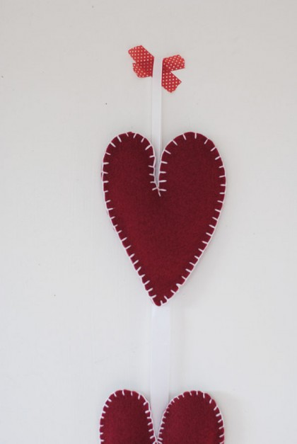 These sweet little DIY felt hanging hearts will bring warmth to your holiday season. So cute!