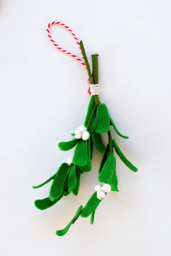 How to make felt mistletoe - this is so pretty for the holidays, and you can use it year after year!