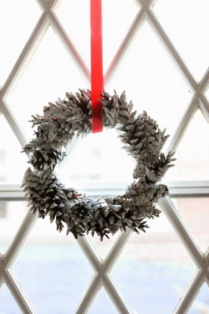 You can make a beautiful pine cone wreath in minutes with just a few supplies - this is such a lovely holiday and winter display!