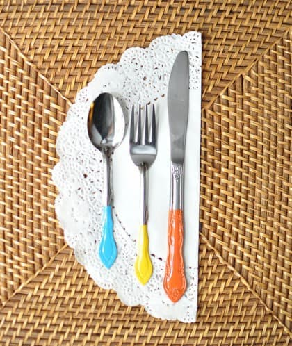 Change it up this holiday season with some cool, colorblocked silverware made with spray paint. It's so cheap and takes minutes to do!