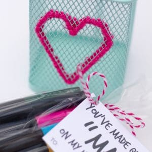 If you have a friend or coworker that you want to give a Valentine's Day gift, this embroidered pen holder with a free printable is perfect!