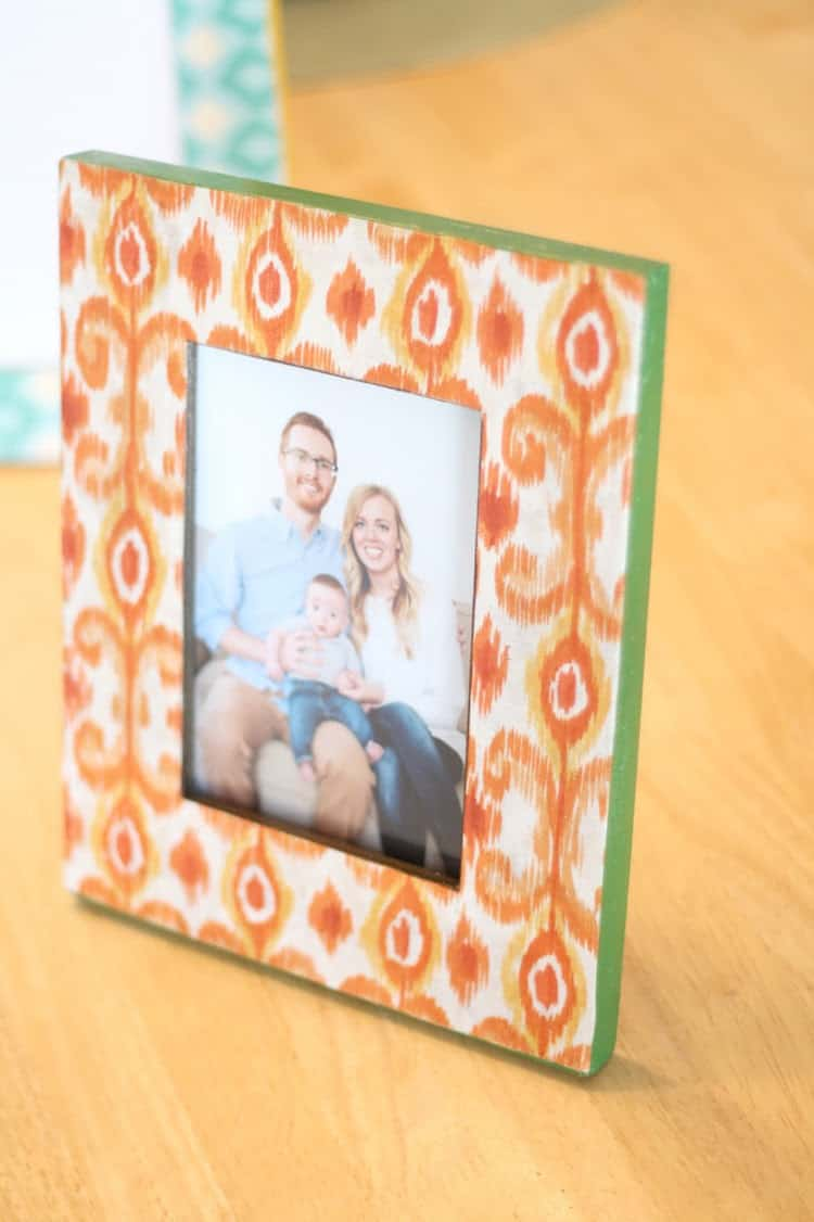 How to decoupage a picture frame with fabric
