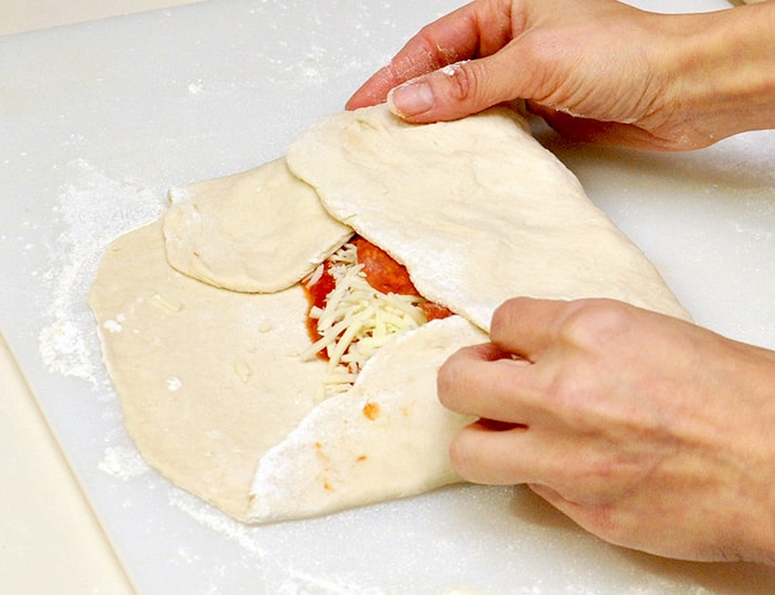 how to make a pepperoni calzone