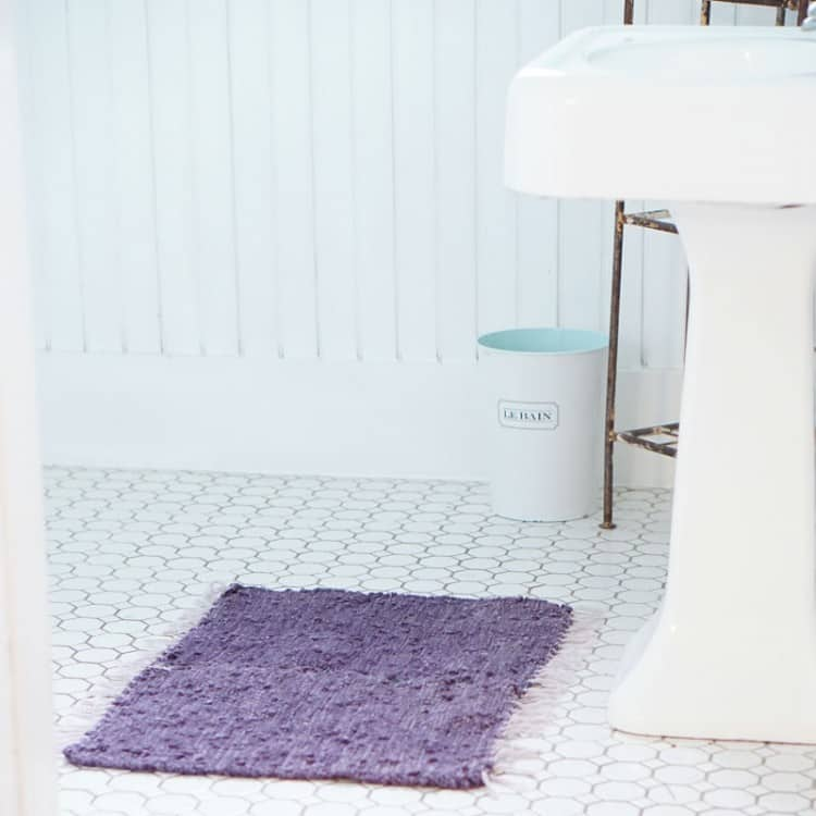 Use a pair of thrifted placemats to make an upcycled DIY bath mat. This craft is budget friendly and can be made in 15 minutes!