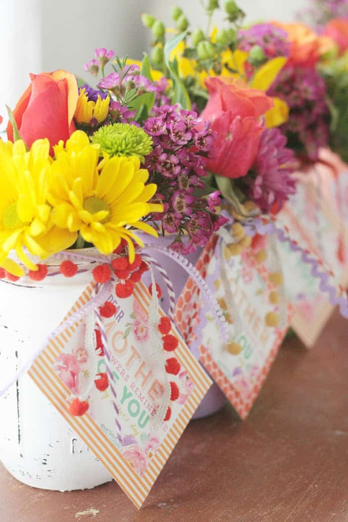 Give a Mother's Day gift that she will never forget - this floral vase idea with a printable is a piece-of-cake and you can make it in a couple of minutes!