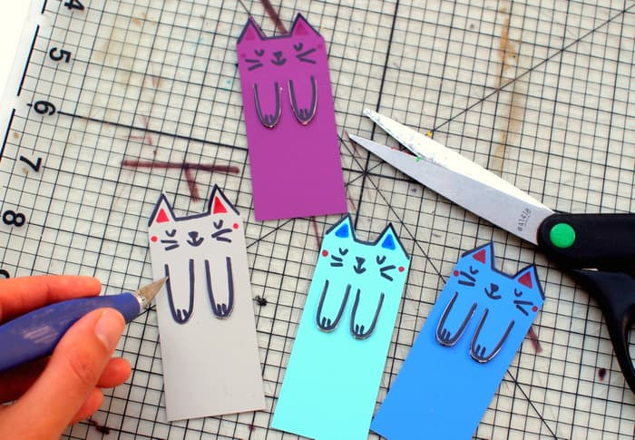 Cut out the paws on the cute cat bookmarks