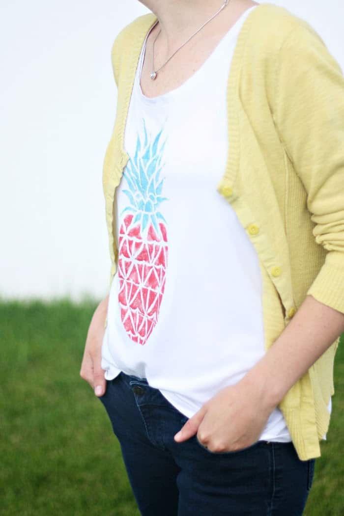 Use takeout boxes to create a custom stamp for this DIY pineapple tee. Perfect for your summer wardrobe!