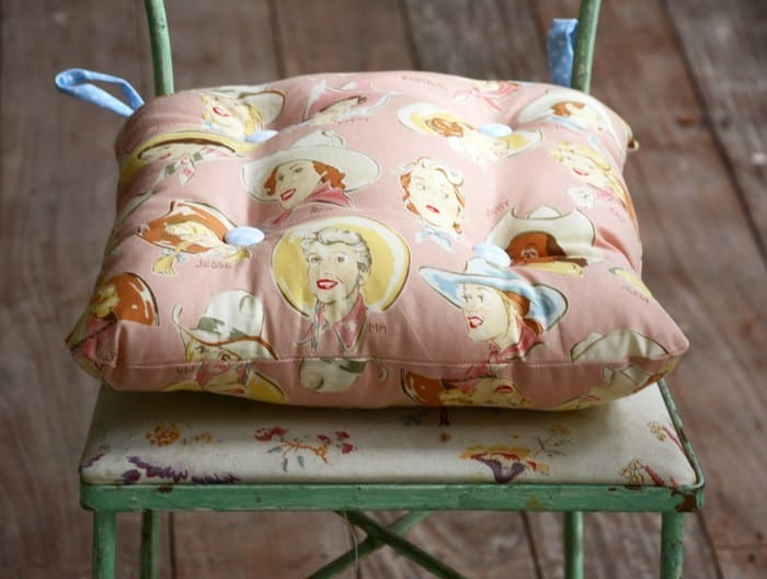 Get a tutorial for a simple DIY chair cushion with ties - yes, it's so easy, anyone can do it with basic sewing skills!