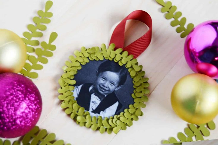 This mini wreath photo ornament is so easy to make! It's the perfect little gift for grandmas, moms and newlyweds to decorate their trees.