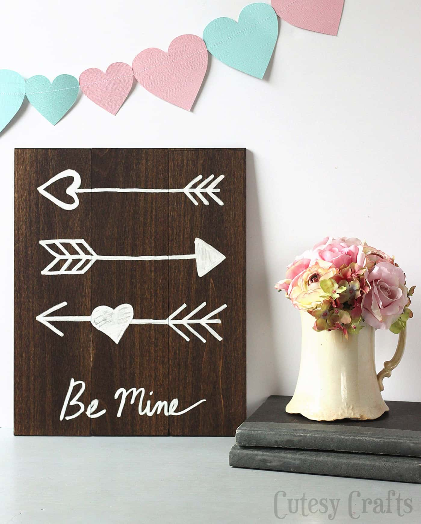 This DIY Valentine's Day arrow art is easy for anyone to make - no nails required, and you can grab a free printable to help you. So cute!