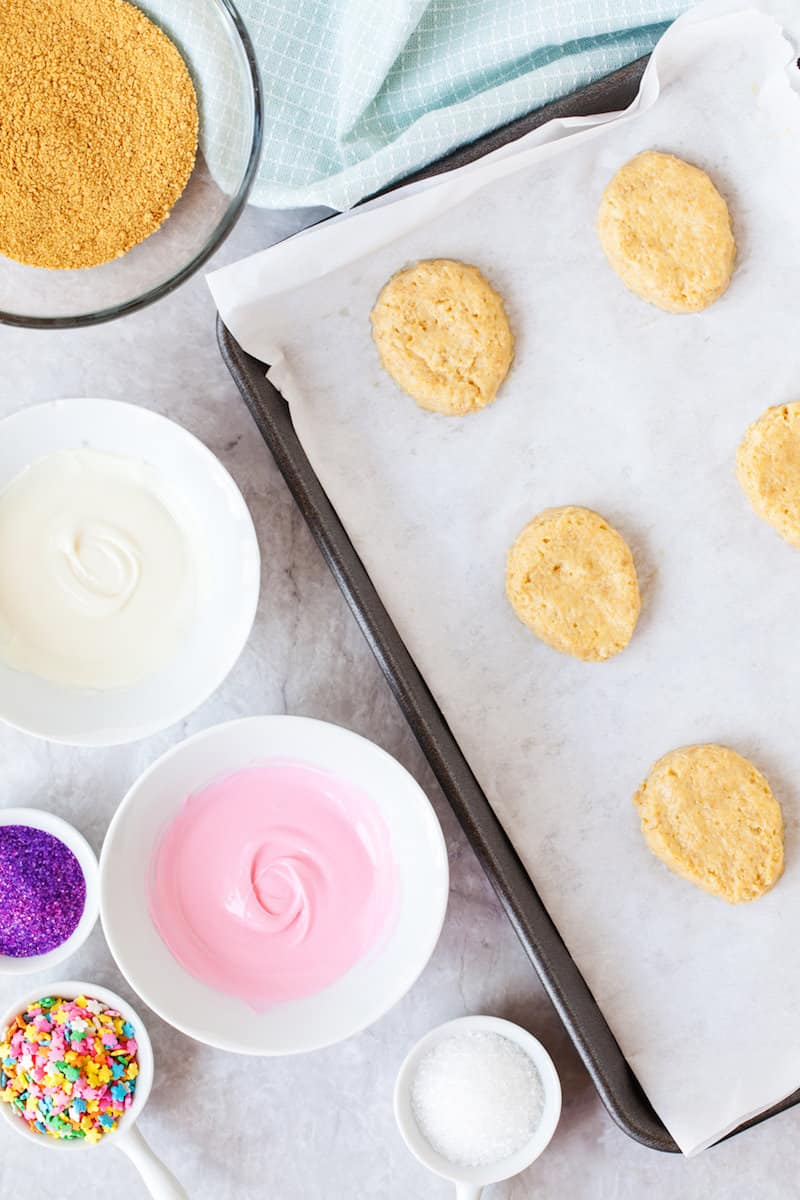 This delicious Easter dessert is made with cheesecake filling and graham cracker crumbs! Decorate these fun eggs with candy melts and sprinkles.
