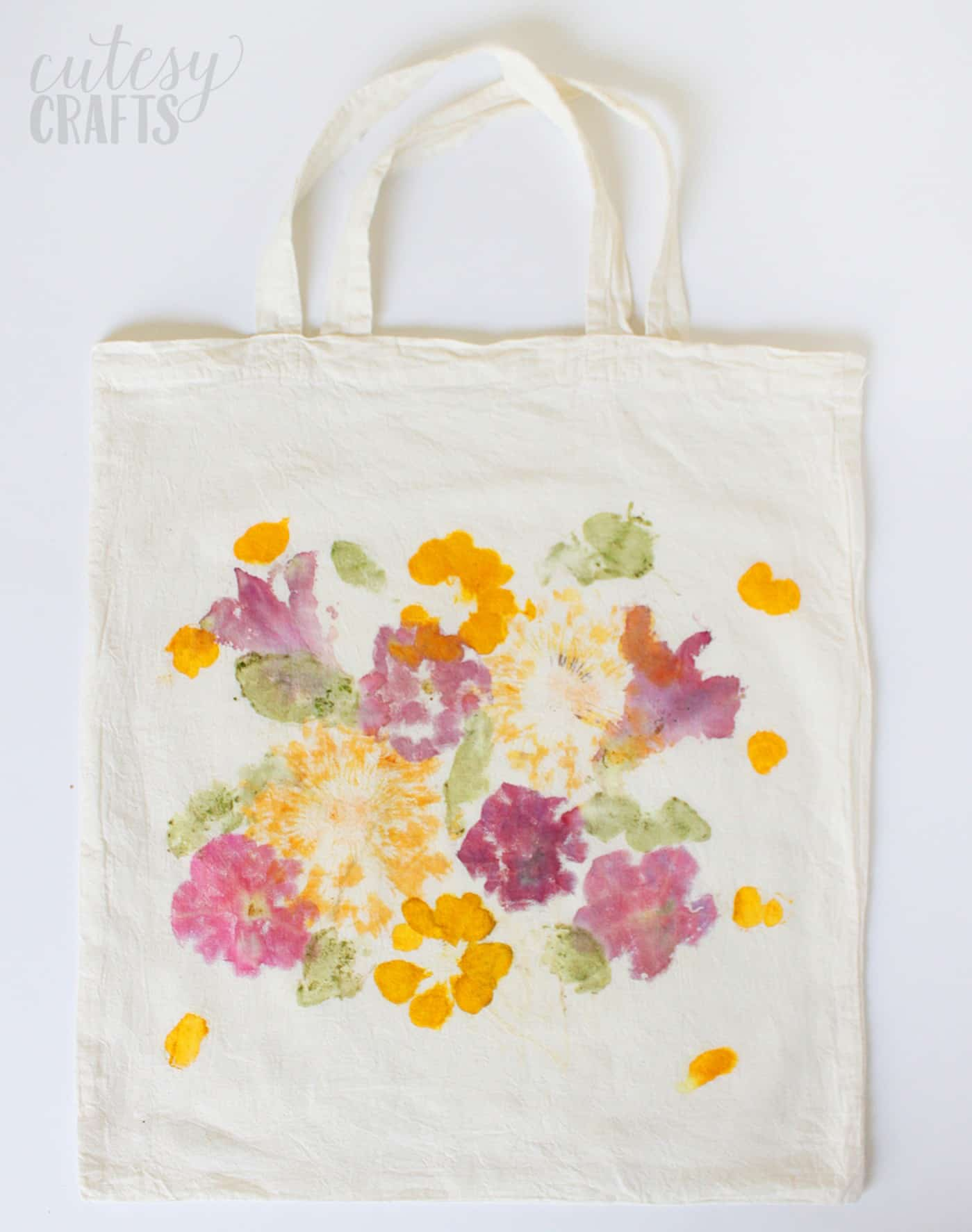 Decorate a bag with flower pounding