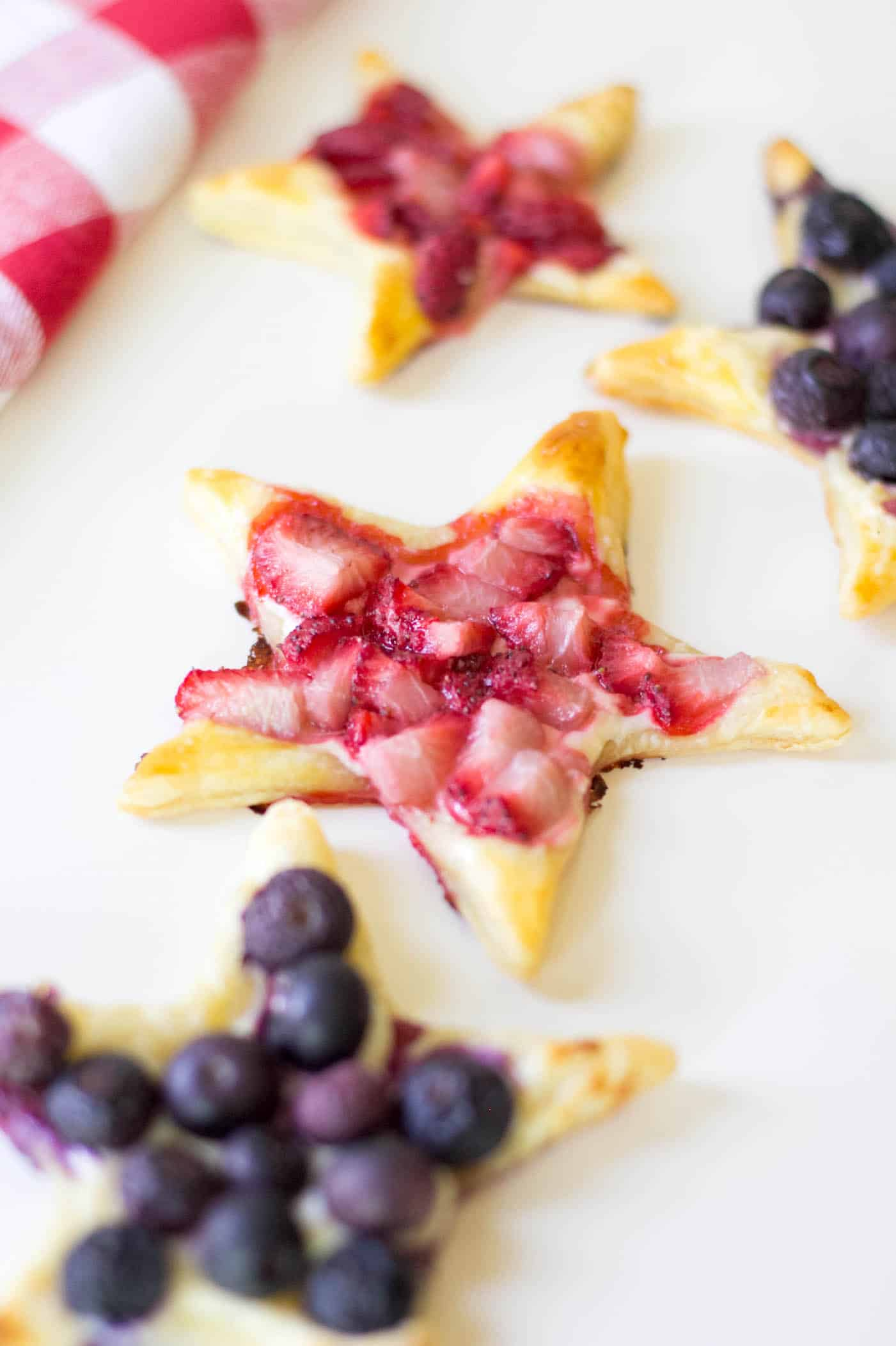 This delicious puff pastry recipe is perfect for summer! You'll use mixed berries along with cream cheese to make this tasty, star-shaped dessert.