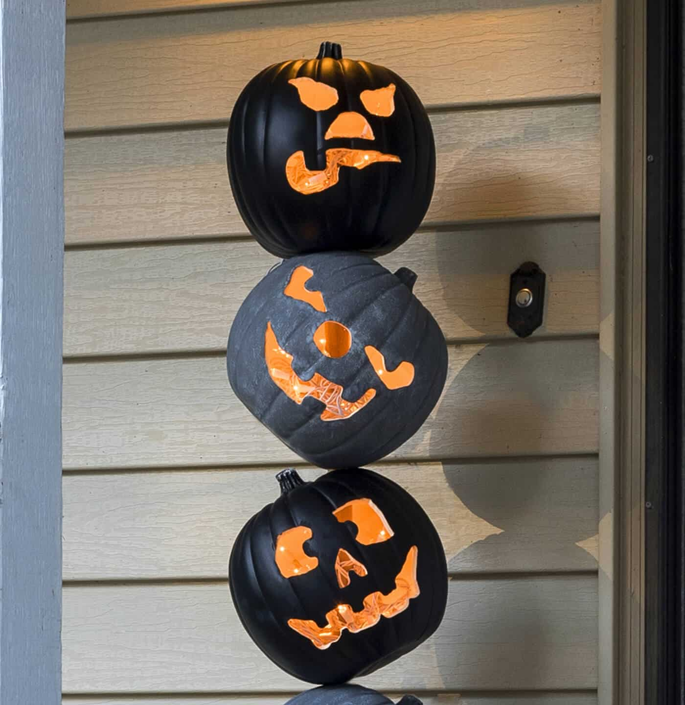 Grab some faux pumpkins from the craft store and create this unique Halloween pumpkin topiary! It will look perfect on your front porch. So festive!