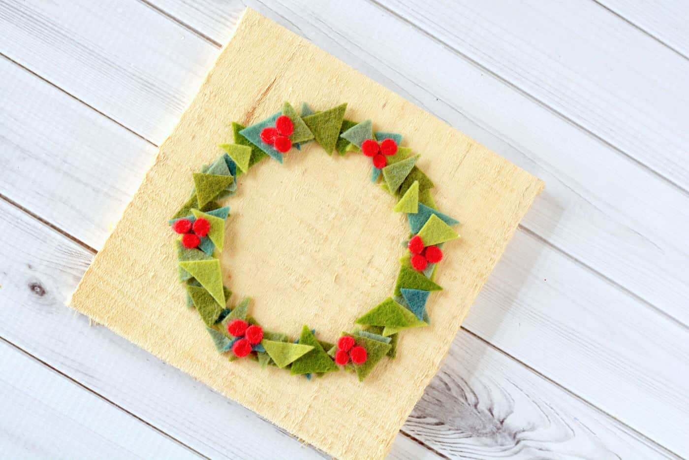 If you love felt Christmas decorations, try this easy and modern holiday wreath project! Perfect for using up those small scraps.