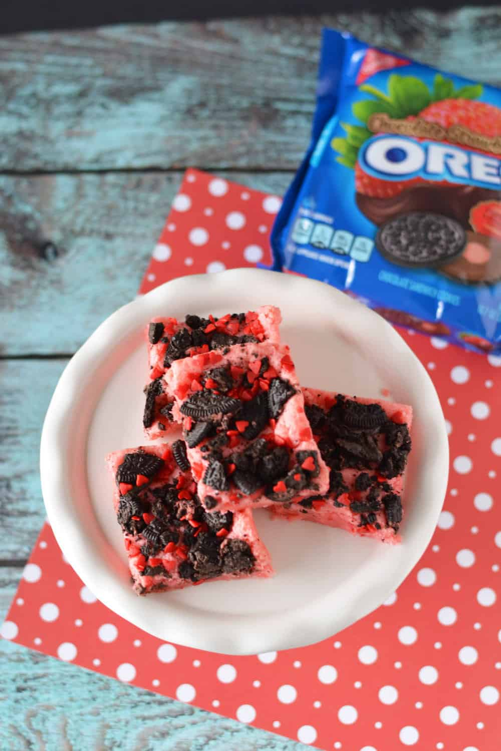 These delicious chocolate strawberry Oreo brownies are so easy to make! Moist with a crunchy topping and sprinkles - perfect for Valentine's Day!