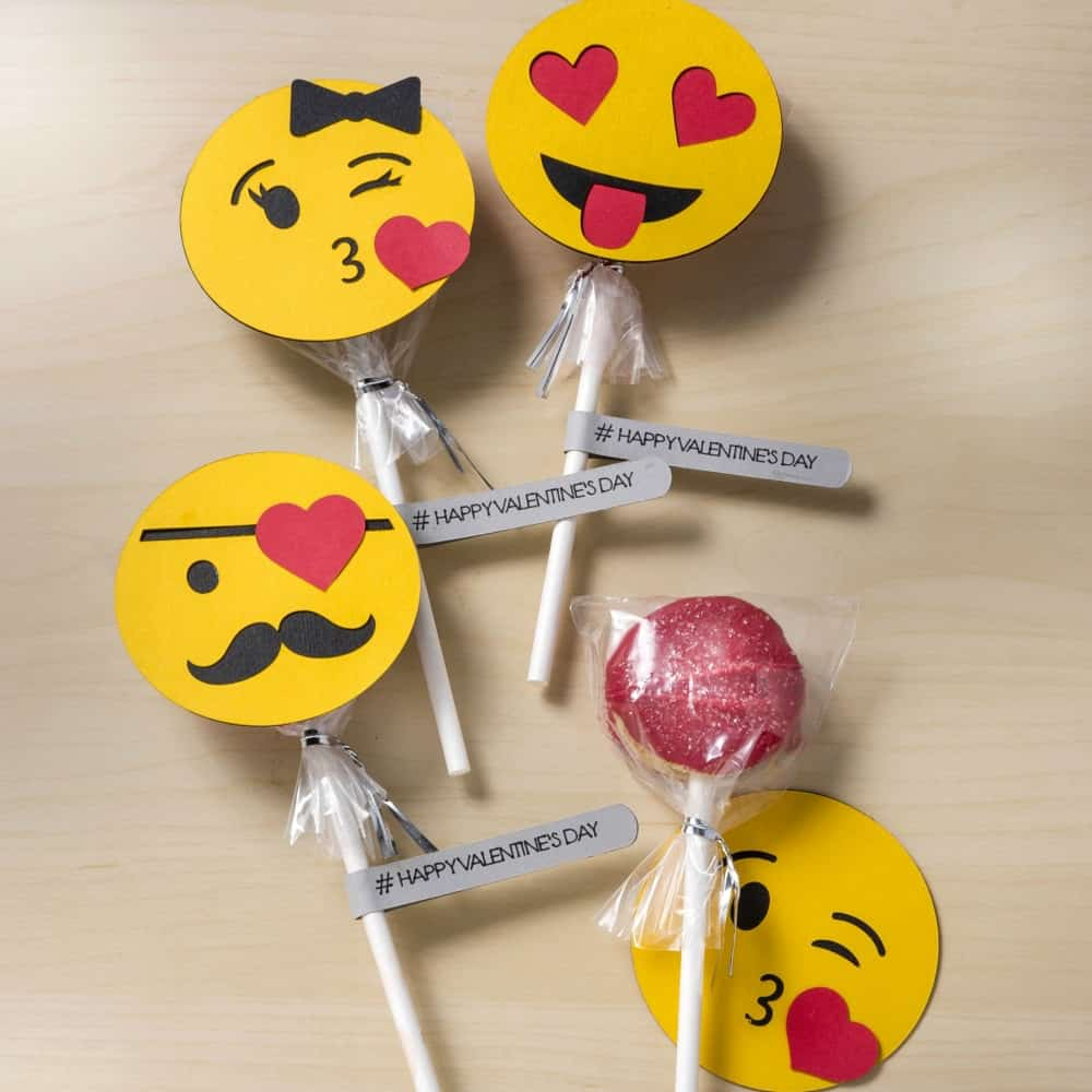 These Oreo pops are such a cute Valentine's Day gift! Add emoji art on the front using your Cricut for a #happyvalentinesday!