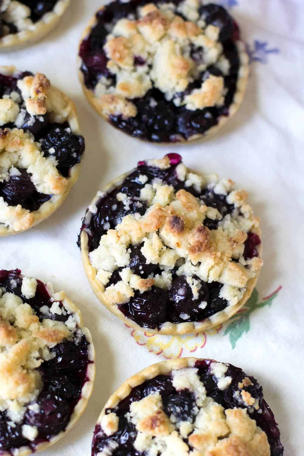 This lemon blueberry crisp recipe is perfect for summer! Make these individual pies in mason jar lids. These are so cute and are great for parties!