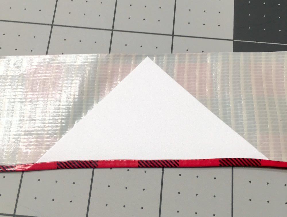 Coloque um quadrado branco no meio de um pedaço de fita adesiva