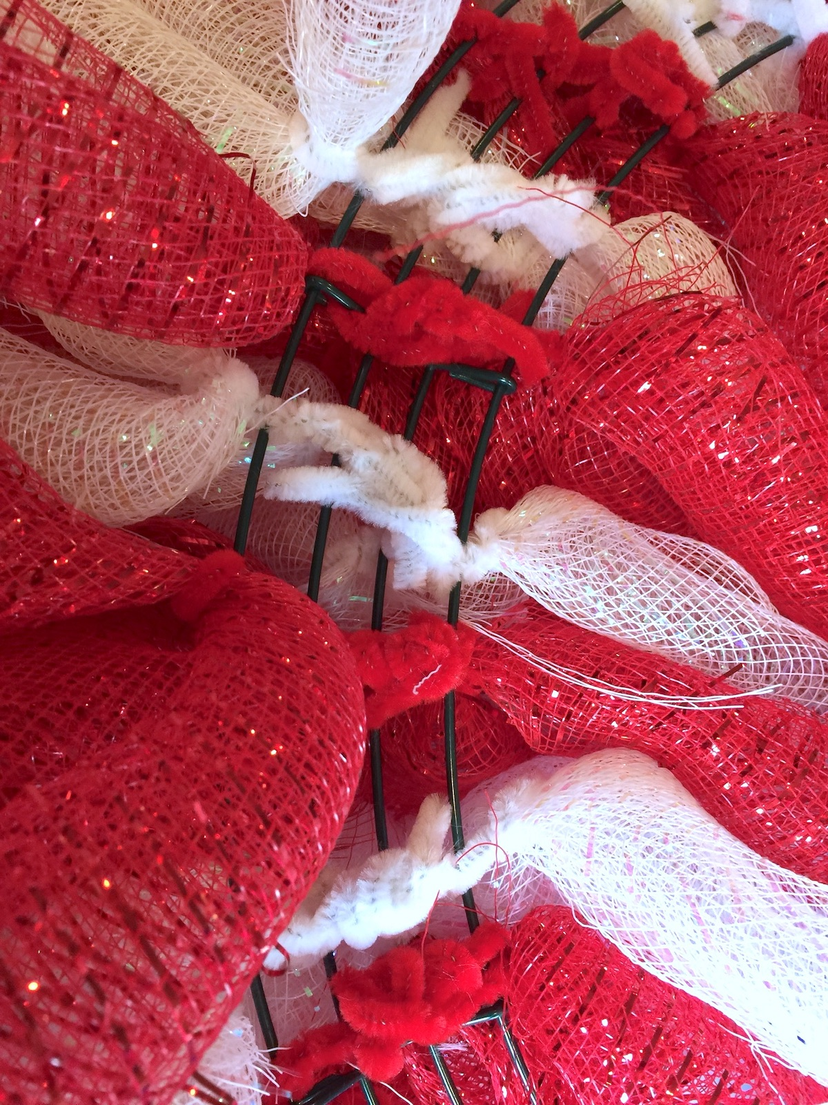 Pipe-cleaners-on-the-back-of-the-wreath