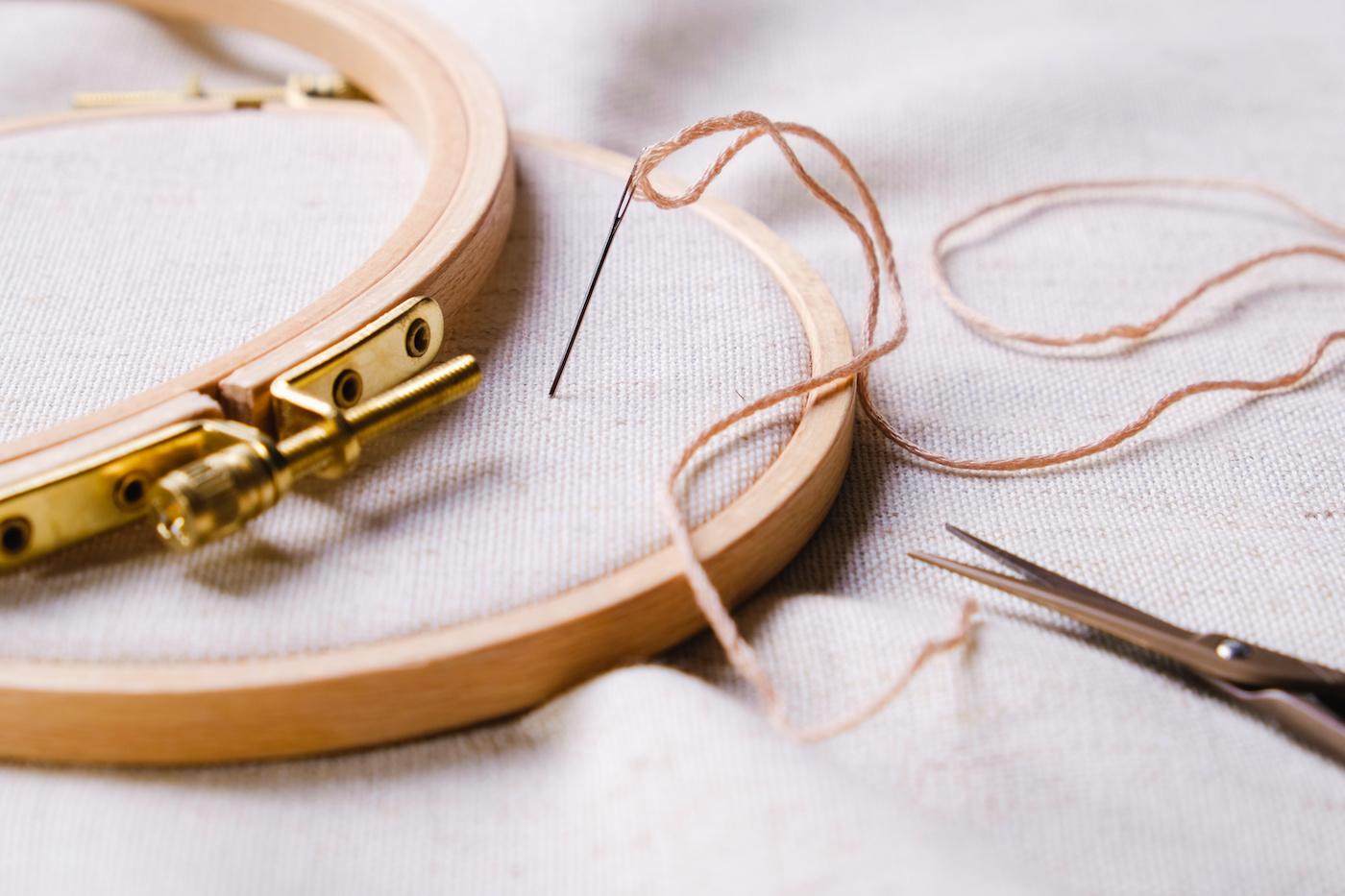 Close-up-agulha-e-linha-colando-na-tela