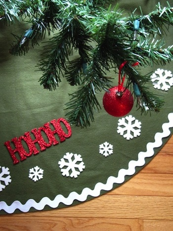 Have you ever wanted to make a Christmas tree skirt? It's easier than you think. These 16 ideas are pretty and easy - you'll have a tree skirt in no time!